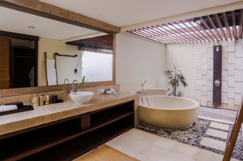 En-Suite Bathroom with Bathtub - Villa Nelayan - Canggu, Bali