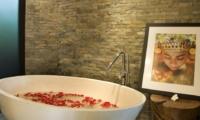 Bathtub with Rose Petals - Villa Palm River - Pererenan, Bali