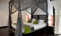 Bedroom with Table Lamps - Villa Palm River - Pererenan, Bali
