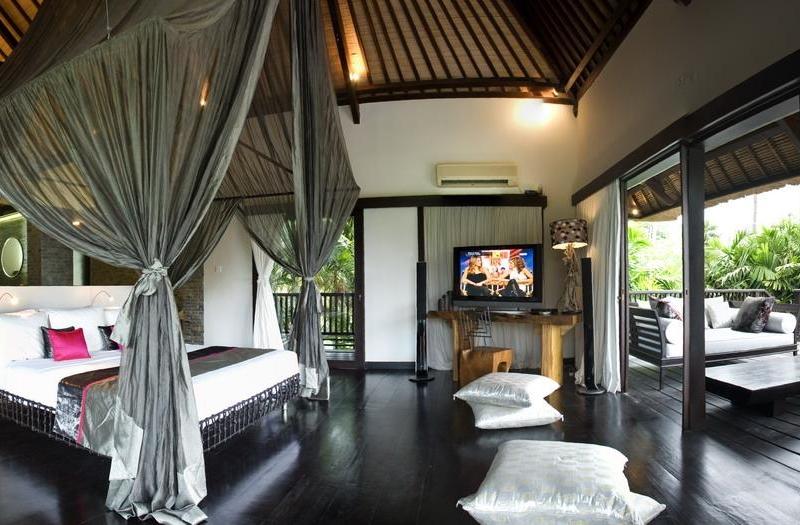 Spacious Bedroom with TV - Villa Palm River - Pererenan, Bali
