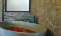 Romantic Bathtub Set Up - Villa Palm River - Pererenan, Bali