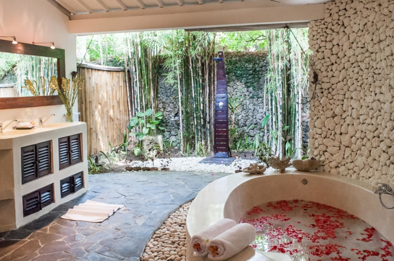 Bathtub with Rose Petals - Villa Pandora - Seminyak, Bali