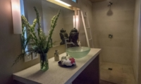 En-Suite Bathroom with Mirror - Villa Pandora - Seminyak, Bali