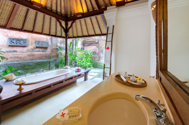 En-Suite Bathroom with Bathtub - Villa Pangi Gita - Pererenan, Bali