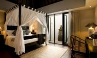 Bedroom with Study Table - Villa Samuan - Seminyak, Bali