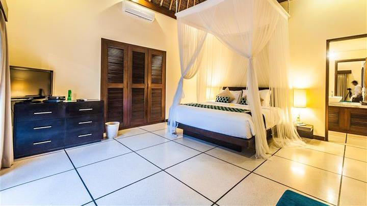 Bedroom and En-Suite Bathroom - Villa Saphir - Seminyak, Bali