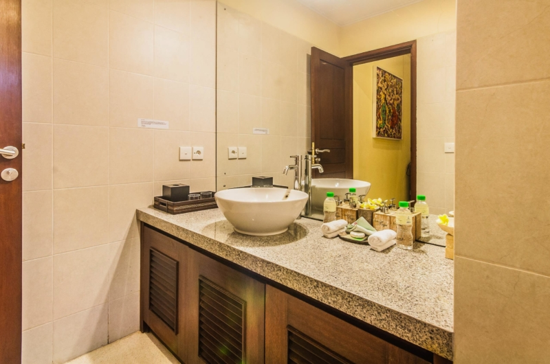 Bathroom with Mirror - Villa Saphir - Seminyak, Bali