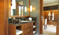 En-Suite Bathroom with Mirror - Villa Sarasvati - Canggu, Bali