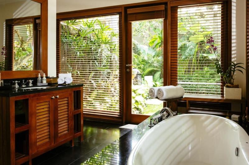 En-Suite Bathroom with Bathtub - Villa Semarapura - Seseh, Bali