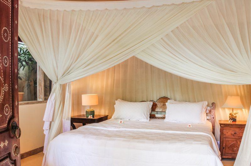 Bedroom with Lamps - Villa Senang - Batubelig, Bali