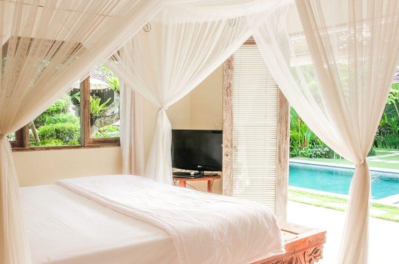 King Size Bed with TV - Villa Senang - Batubelig, Bali