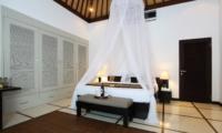 Spacious Bedroom with Mosquito Net - Villa Sesari - Seminyak, Bali