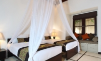Twin Bedroom with Seating Area - Villa Sesari - Seminyak, Bali