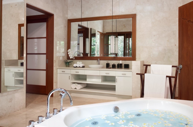 En-Suite Bathroom with Bathtub - Villa Shinta Dewi - Seminyak, Bali