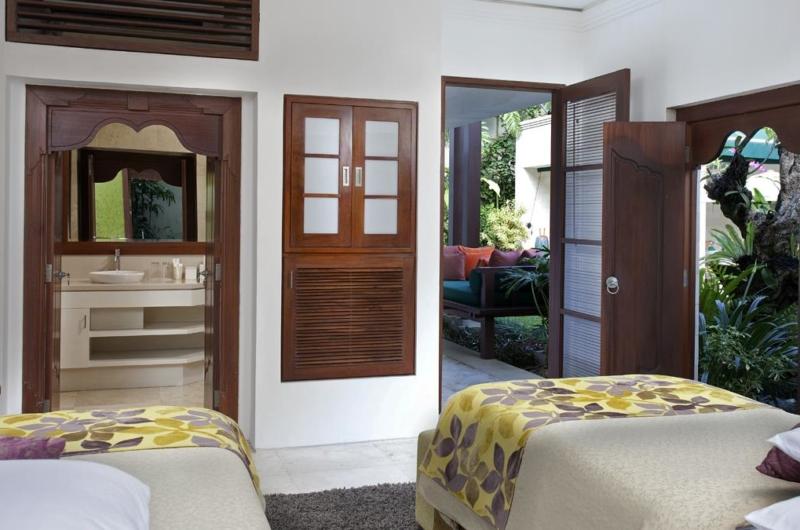 Twin Bedroom and Bathroom - Villa Shinta Dewi - Seminyak, Bali