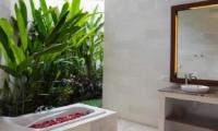 Bathroom with Bathtub - Villa Suliac - Legian, Bali