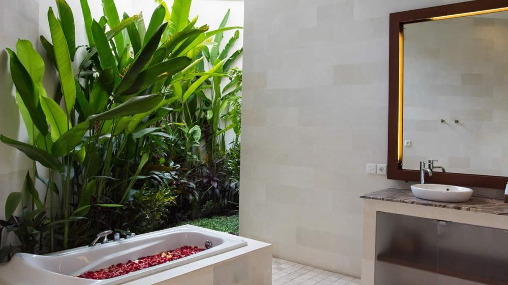 En-Suite Bathroom with Bathtub - Villa Suliac - Legian, Bali