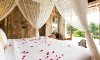 Four Poster Bed and Balcony - Villa Sungai Tinggi - Pererenan, Bali
