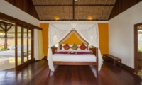 Bedroom with Seating Area and Wooden Floor - Villa Tanju - Seseh, Bali