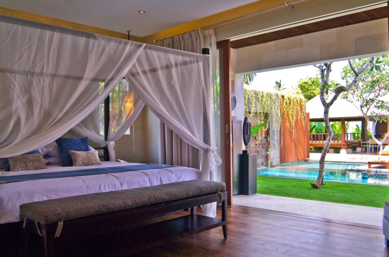 Bedroom with Pool View - Villa Tenang - Batubelig, Bali