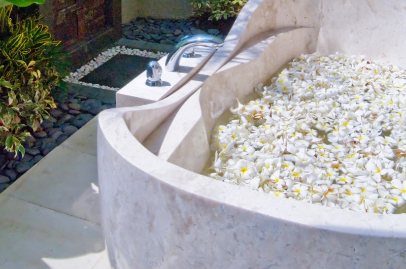 Bathtub with Petals - Villa Tenang - Batubelig, Bali