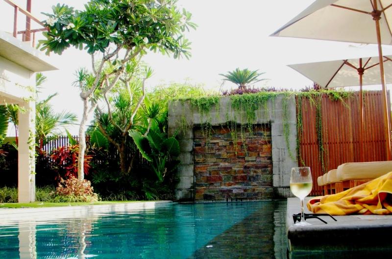Pool Side Loungers - Villa Tenang - Batubelig, Bali