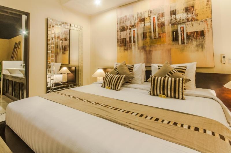 Bedroom and En-Suite Bathroom - Villa Tresna - Seminyak, Bali
