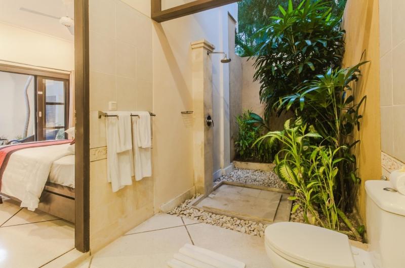 Bedroom and Bathroom - Villa Tresna - Seminyak, Bali