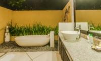 En-Suite Bathroom with Bathtub - Villa Tresna - Seminyak, Bali