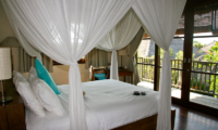 Bedroom and Balcony with Wooden Floor - Villa Waringin - Pererenan, Bali