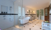 En-Suite Bathroom with Bathtub - Villa Windu Asri - Seminyak, Bali