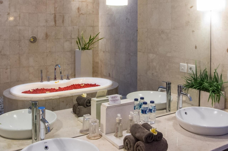 En-Suite Bathroom with Bathtub - Villa Zensa Residence - Seminyak, Bali