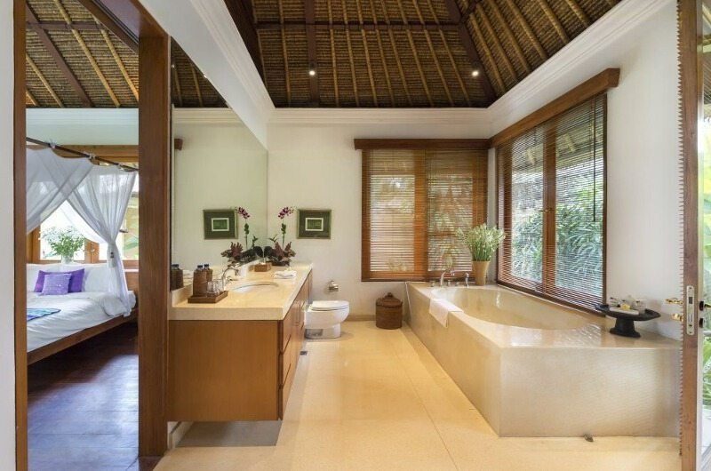 Bedroom and Bathroom - Villa Arika - Canggu, Bali