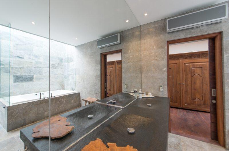 En-Suite Bathroom with Bathtub - Villa Ashoka - Canggu, Bali