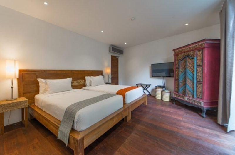 Twin Bedroom with Wooden Floor and TV - Villa Ashoka - Canggu, Bali