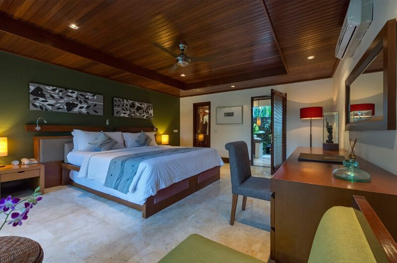 Bedroom with Study Table - Villa Asta - Batubelig, Bali