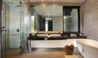 His and Hers Bathroom with Bathtub - Villa Balimu - Seminyak, Bali