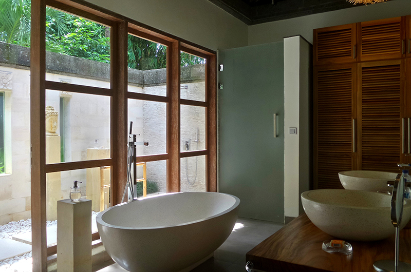 His and Hers Bathroom with Bathtub - Villa Bamboo - Ubud, Bali