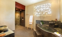 Bathroom with Bathtub - Villa Bukit Lembongan - Villa 1 - Nusa Lembongan, Bali