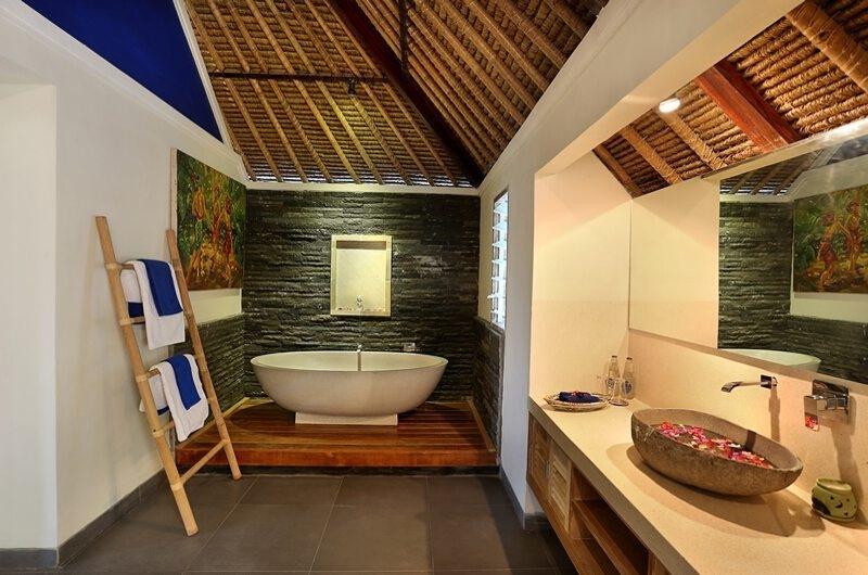 En-Suite Bathroom - Villa Bukit Lembongan - Villa 2 - Nusa Lembongan, Bali