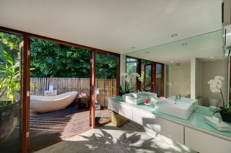 His and Hers Bathroom with Bathtub - Villa Bunga Pangi - Canggu, Bali
