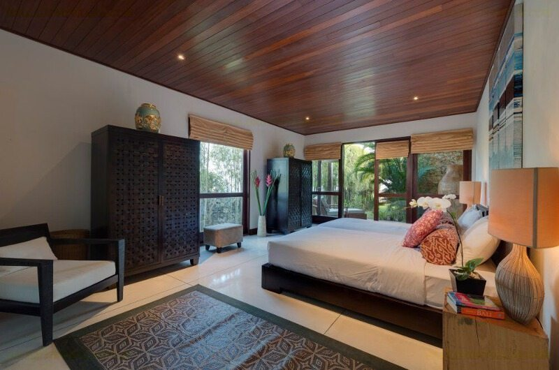 Spacious Bedroom with Seating Area - Villa Capung - Uluwatu, Bali