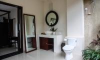 Bathroom with Mirror - Villa Cendrawasih Ubud - Villa Kasuari 1 - Ubud, Bali