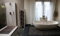 Bathroom with Bathtub - Villa Cendrawasih Ubud - Villa Kasuari 1 - Ubud, Bali