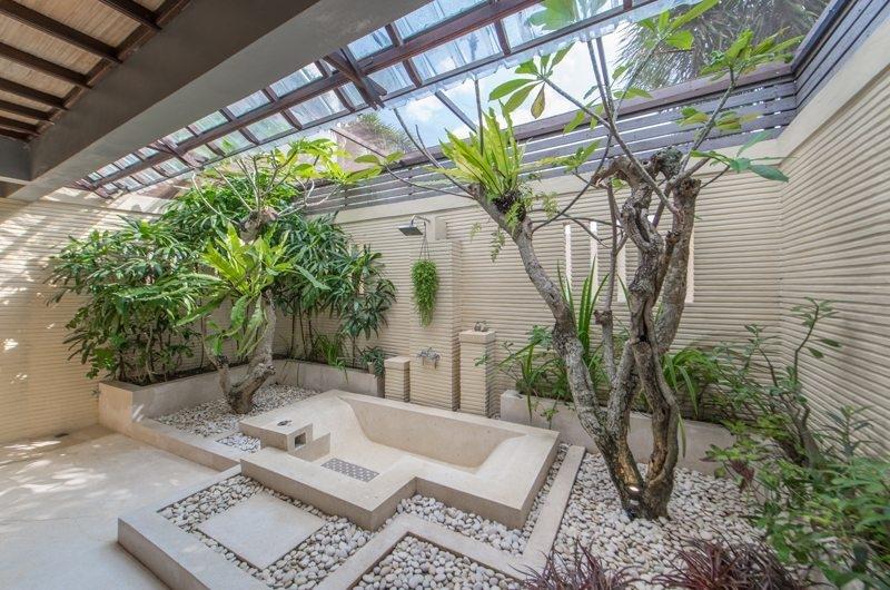 Bathroom with Bathtub - Villa Coraffan - Canggu, Bali