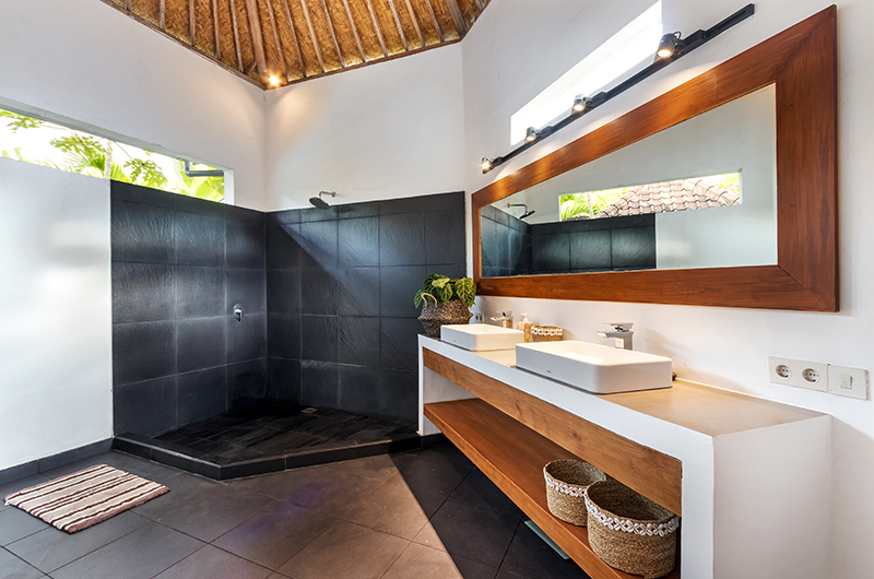 Bathroom with Mirror - Villa Crystal - Seminyak, Bali