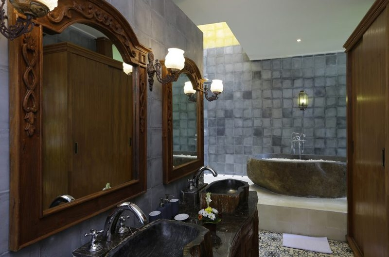 His and Hers Bathroom with Bathtub - Villa Delmara - Tabanan, Bali