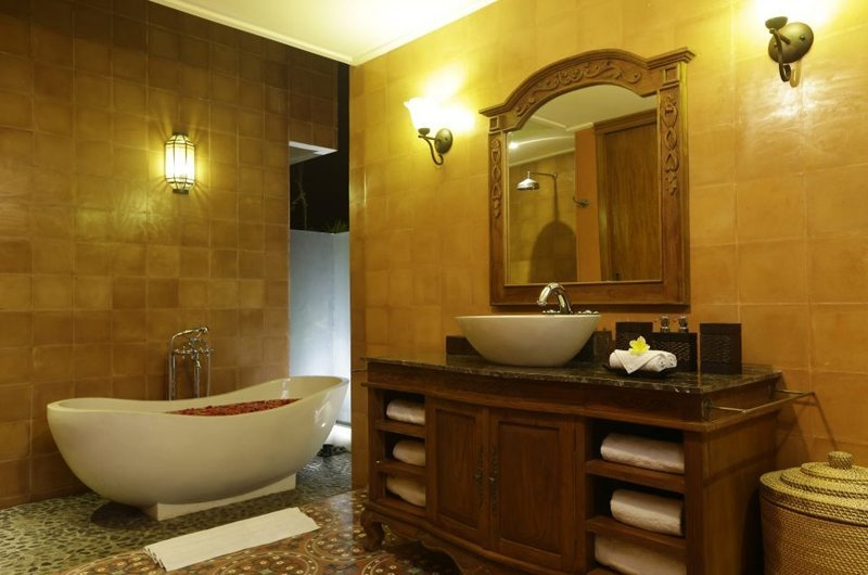 Bathroom with Bathtub - Villa Delmara - Tabanan, Bali