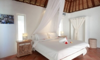 Bedroom with Mosquito Net - Villa Driftwood - Nusa Lembongan, Bali