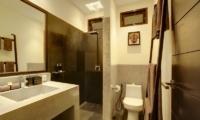 Bathroom with Mirror - Villa Elok - Batubelig, Bali